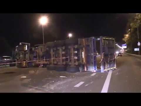 На трассе перевернулась фура - водитель заснул за рулем  - «происшествия видео»