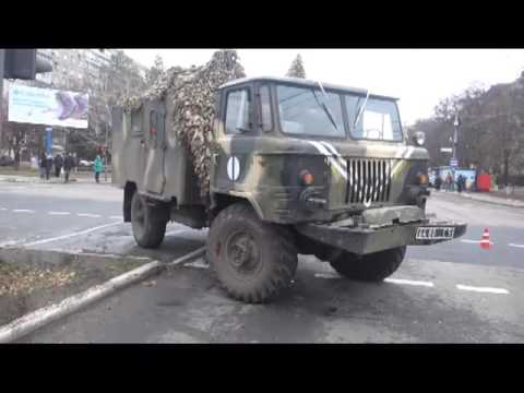 Военный «ГАЗ» протаранил легковик, не остановившись на красный свет  - «происшествия видео»